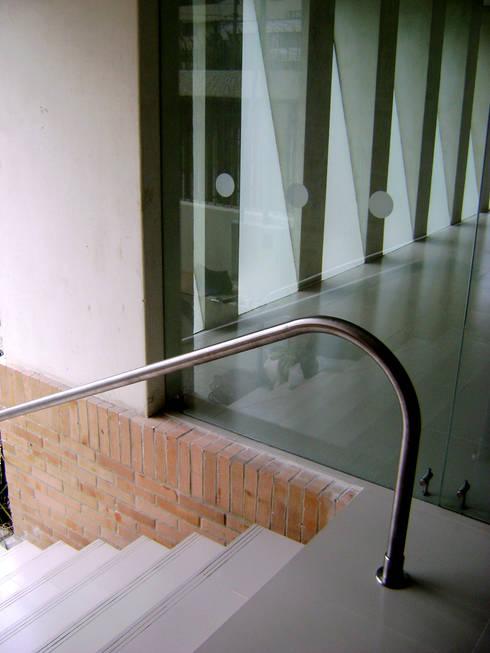 EDIFICIO CORPUS 60: Escaleras de estilo  por RIVAL Arquitectos  S.A.S.