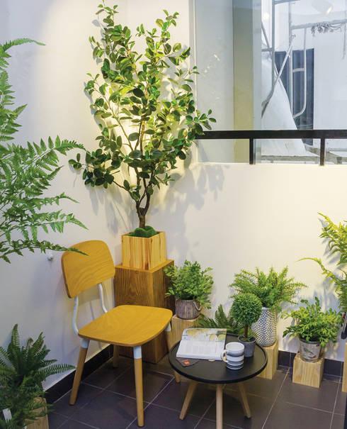 Ban công nhỏ ngay sau khu vực bếp được thiết kế làm nơi uống trà, đọc sách.:  Hiên, sân thượng by Công ty TNHH Thiết Kế Xây Dựng Song Phát