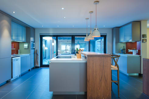 Kitchen with wooden bar counter:  Kitchen units by JBA Architects