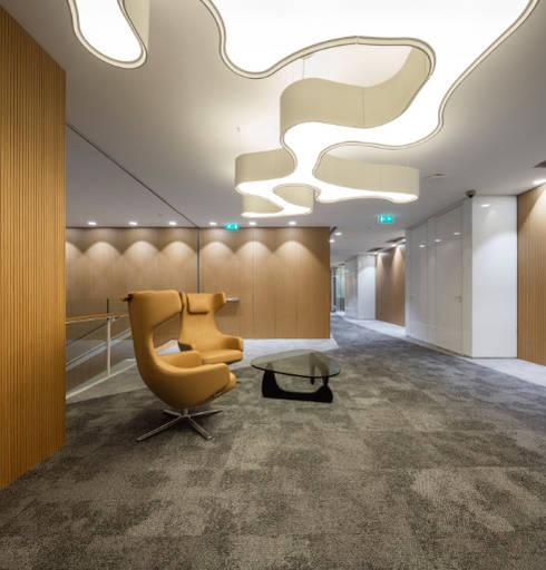 Sede Deloitte em Lisboa: Escritórios  por Traços Interiores