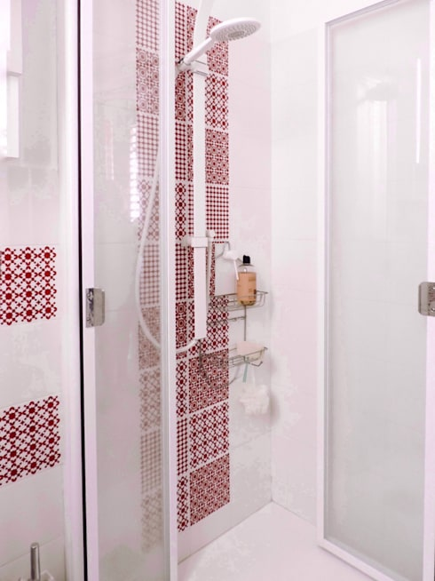 Un bagno in rosso: Bagno in stile  di Design for Love