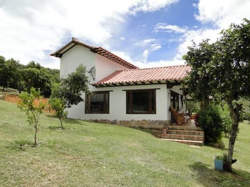 Casa De Campo El Cucharal: Casas campestres de estilo  por ProEscala- Arquitectos