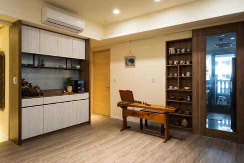 悠然:  客廳 by 松泰室內裝修設計工程有限公司