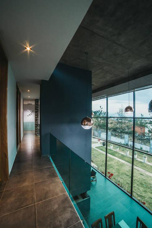 CASA HERRADURA: Pasillos y recibidores de estilo  por Zona Arquitectura Más Ingeniería