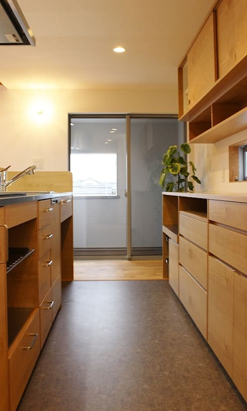 出窓の家: あかがわ建築設計室が手掛けたキッチンです。
