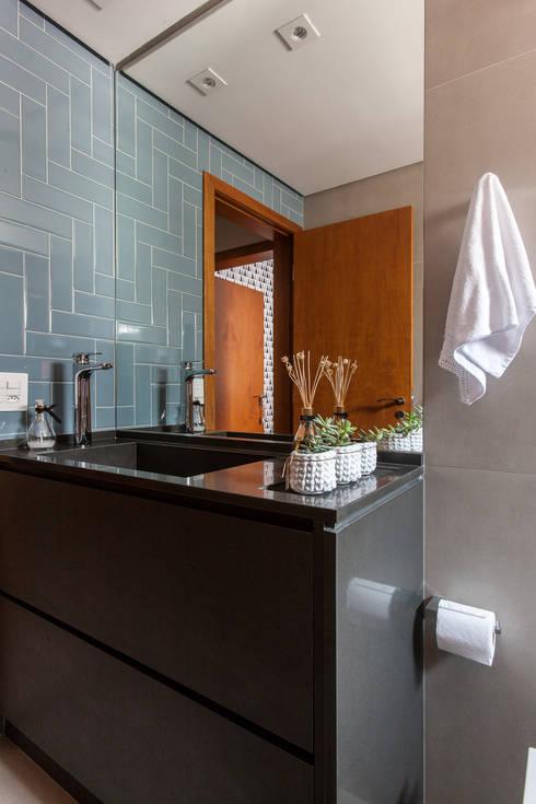Apartamento J+R: Banheiro  por Paula Carvalho Arquitetura