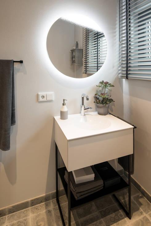 MAXIM - Gästebadezimmer mit beleuchtetem Spiegel: moderne Badezimmer von FingerHaus GmbH