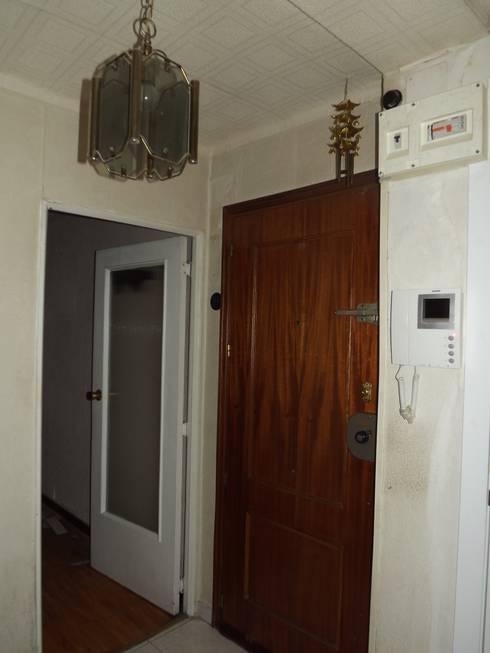 Entrada antes: Pasillos y vestíbulos de estilo  de Almudena Madrid Interiorismo