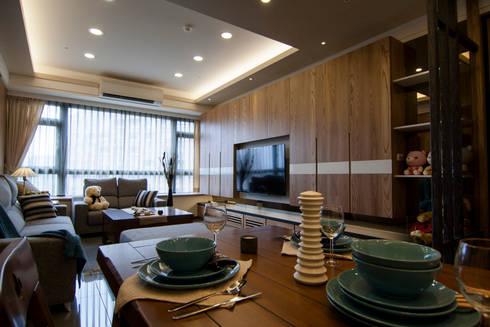 日式休閒的退休宅居:  客廳 by 青築制作
