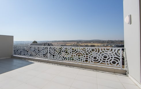 Balustrade for outdoor terrace:  Commercial Spaces by Metallica Steel