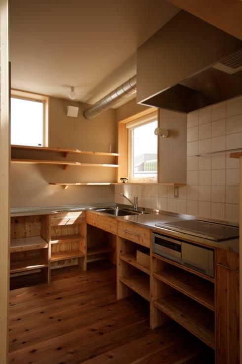 かみのっぽろの家~老後に備えたロフト付の平屋の住まい~: 及川敦子建築設計室/ATSUKO-OIKAWA Architects Studioが手掛けたキッチン収納です。