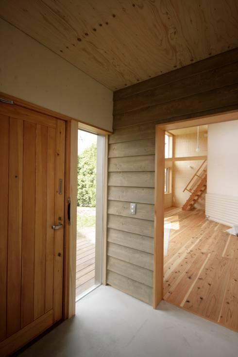 かみのっぽろの家~老後に備えたロフト付の平屋の住まい~: 及川敦子建築設計室/ATSUKO-OIKAWA Architects Studioが手掛けた廊下 & 玄関です。