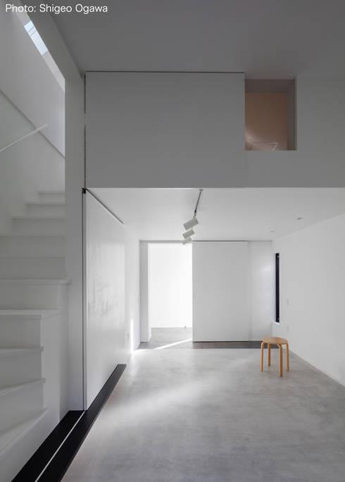 玄関ホール兼アトリエ: 石川淳建築設計事務所が手掛けた書斎です。