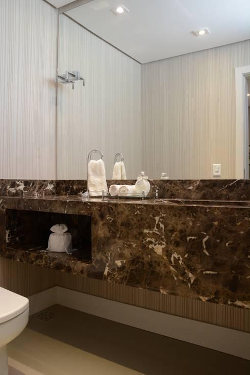 Marmore marrom imperador: Banheiros clássicos por Fernanda Amorim Arquiteta