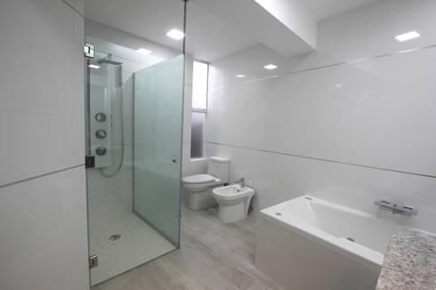 Penthouse dúplex San Isidro: Baños de estilo minimalista por Artem arquitectura