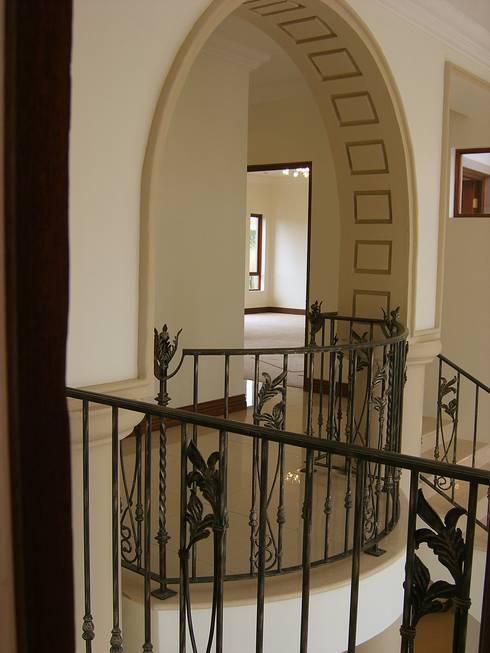 House in Blue Valley Golf Estate:  Corridor & hallway by Metallica Steel Innovators