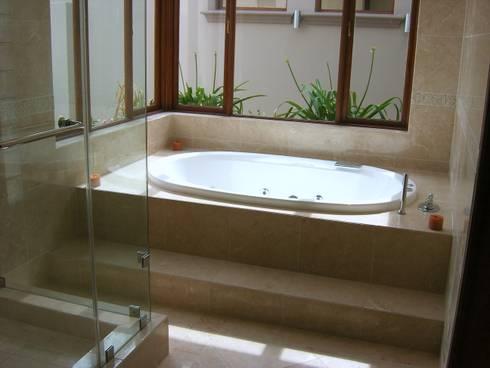 House in Blue Valley Golf Estate: classic Bathroom by Metallica Steel Innovators