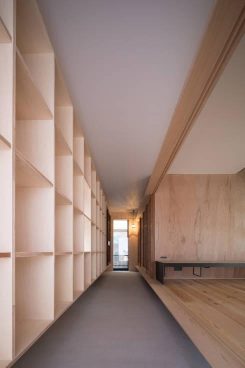 玄関(通り土間)※障子を開けた時: 一級建築士事務所 SAKAKI Atelierが手掛けた廊下 & 玄関です。
