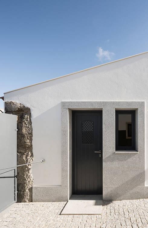 Churrasqueira exterior no logradouro da casa: Casas de campo  por Estúdio AMATAM