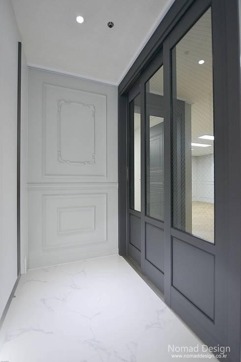 '웨인스코팅'인테리어, 부산 금강부광 51평 아파트 - 노마드디자인: 노마드디자인 / Nomad design의  문