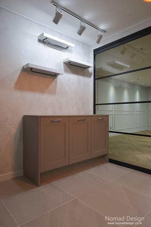 '웨인스코팅'인테리어, 부산 금강부광 51평 아파트 - 노마드디자인: 노마드디자인 / Nomad design의  다이닝 룸