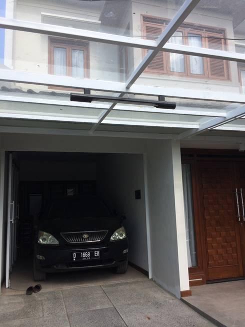 Carport beratap kaca:  Carport by Urbanismo Indonesia
