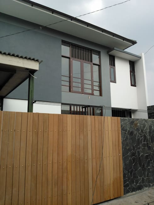 Tampak Depan:  Rumah tinggal  by Urbanismo Indonesia