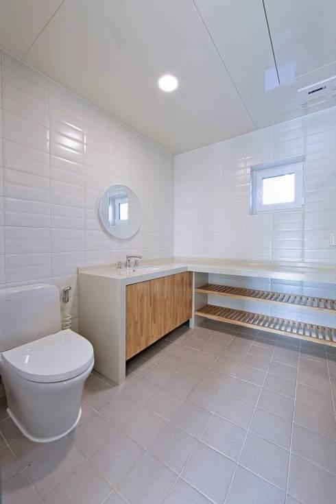 Phòng tắm by 피앤이(P&E)건축사사무소