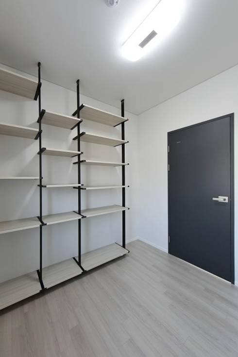 Media room by 피앤이(P&E)건축사사무소