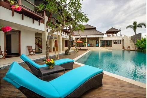 Villa Saya - Pool Deck Area:  Kolam renang halaman by HG Architect