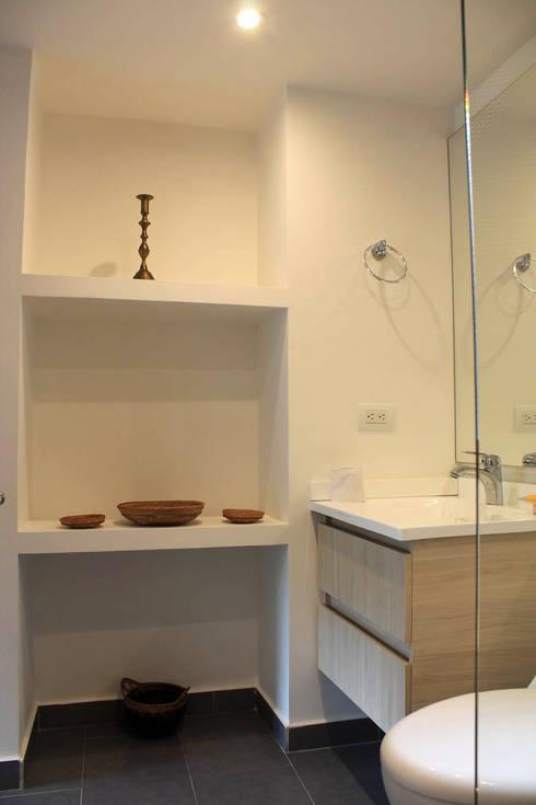 Baño Social: Baños de estilo moderno por ATELIER HABITAR