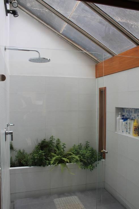 Ducha Baño principal.: Baños de estilo moderno por ATELIER HABITAR
