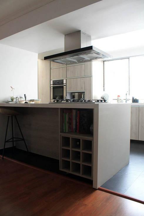 Isla: Cocinas de estilo moderno por ATELIER HABITAR