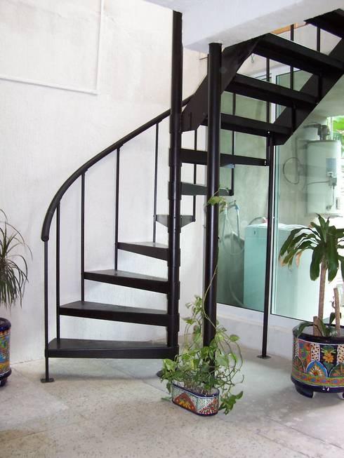 Escalera combinada modelo XCARET: Escaleras de estilo  por Suvire Escaleras