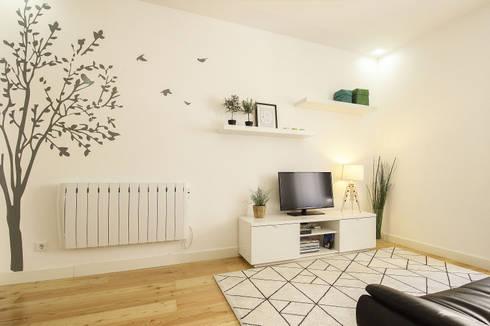 Apartamento da Glória: Salas de estar escandinavas por Homestories