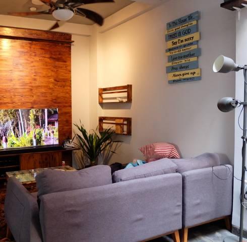 Rumah Mertilang :  Ruang Keluarga by FIANO INTERIOR
