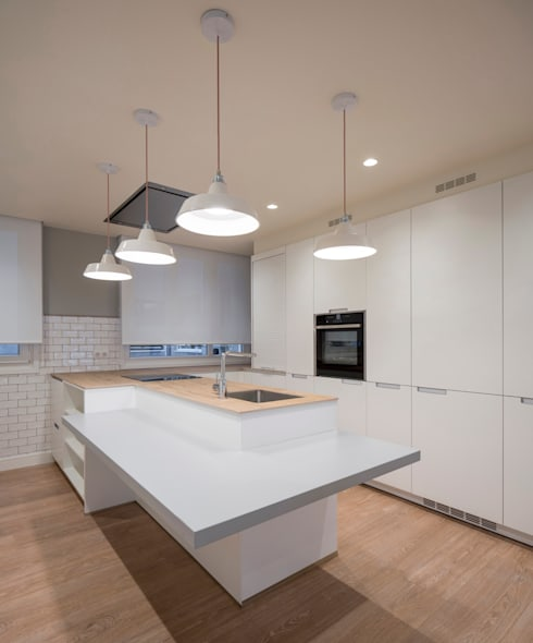 Sube Interiorismo Bilbao reforma integral de vivienda en Bilbao: Cocinas de estilo clásico de Sube Susaeta Interiorismo