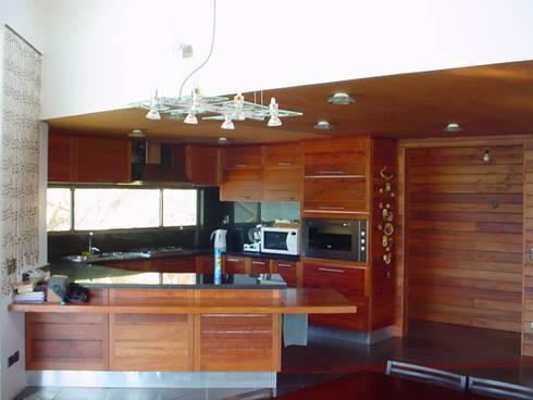 Casa FSA 03: Comedores de estilo moderno por Sotomayor & Asociados