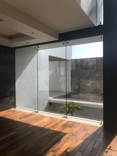 CASA J01: Salas de estilo moderno por GRUPO VOLTA