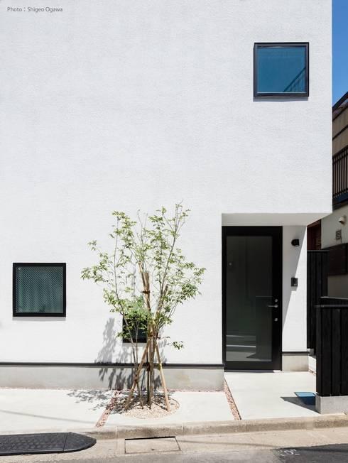 白いシンプルなアプローチ: 石川淳建築設計事務所が手掛けた廊下 & 玄関です。