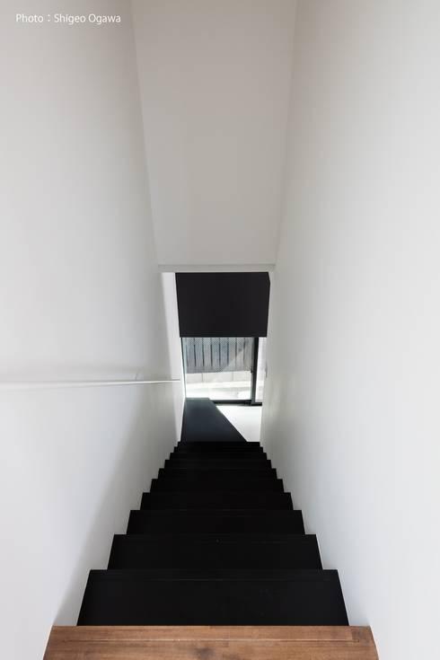 ミニマルな階段デザイン: 石川淳建築設計事務所が手掛けた階段です。