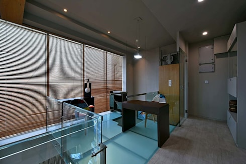 upper glass deck: minimalistic Study/office by Design Paradigm