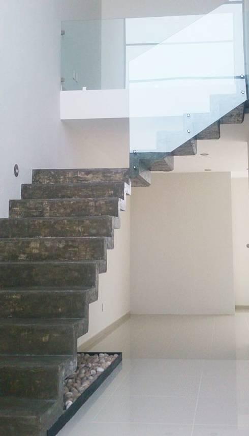 CIMA : Escaleras de estilo  por PESA ARQUITECTOS