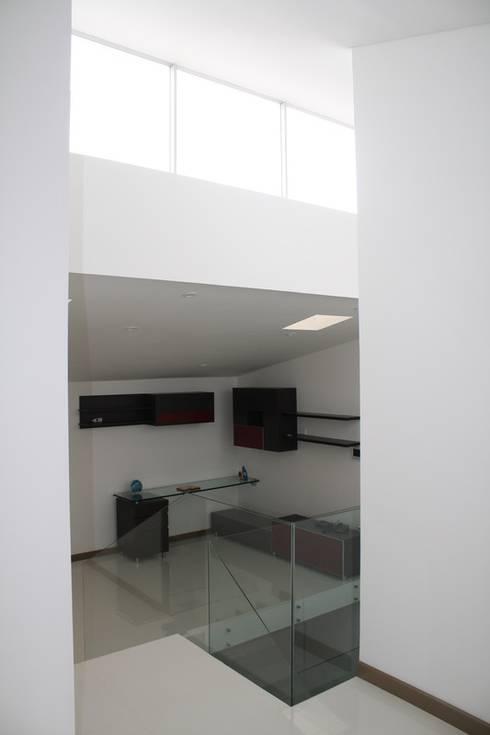 CASA ARIAS: Estudios y despachos de estilo minimalista por RIVAL Arquitectos  S.A.S.