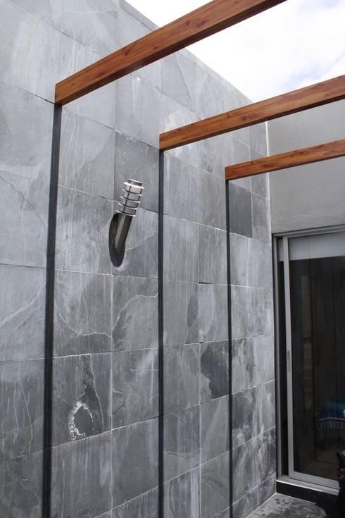 CASA ARIAS: Paredes de estilo  por RIVAL Arquitectos  S.A.S.