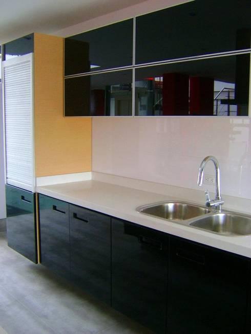 Cocina: Armarios de cocinas de estilo  por RIVAL Arquitectos  S.A.S.