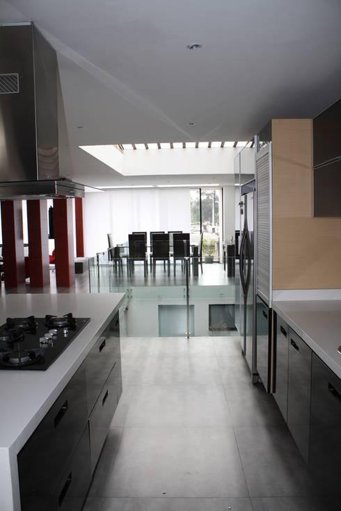 Cocina: Cocinas de estilo moderno por RIVAL Arquitectos  S.A.S.
