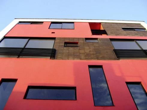 Fachada posterior: Casas de estilo moderno por RIVAL Arquitectos  S.A.S.
