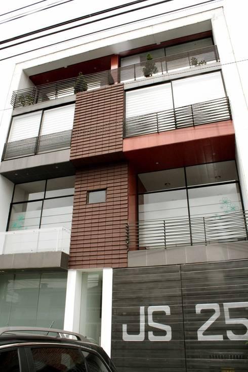 fachada principal: Casas de estilo moderno por RIVAL Arquitectos  S.A.S.