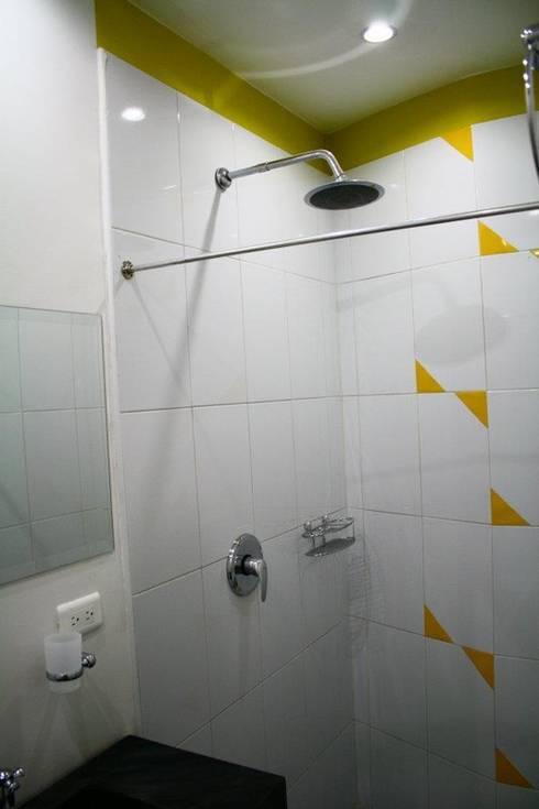 CHAPINERO CENTRAL ESTUDIOS: Baños de estilo moderno por RIVAL Arquitectos  S.A.S.